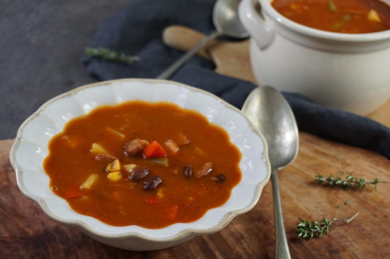 Fazolová polévka se zeleninou a klobásou