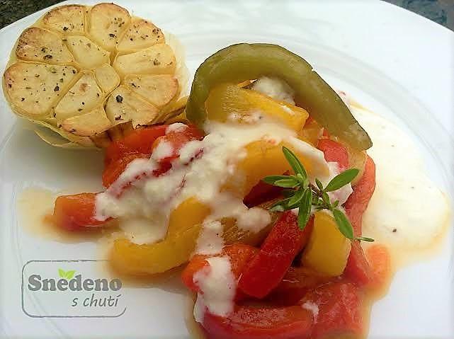 Salát z pečených paprik s grilovaným česnekem a přelivem z kozího sýru