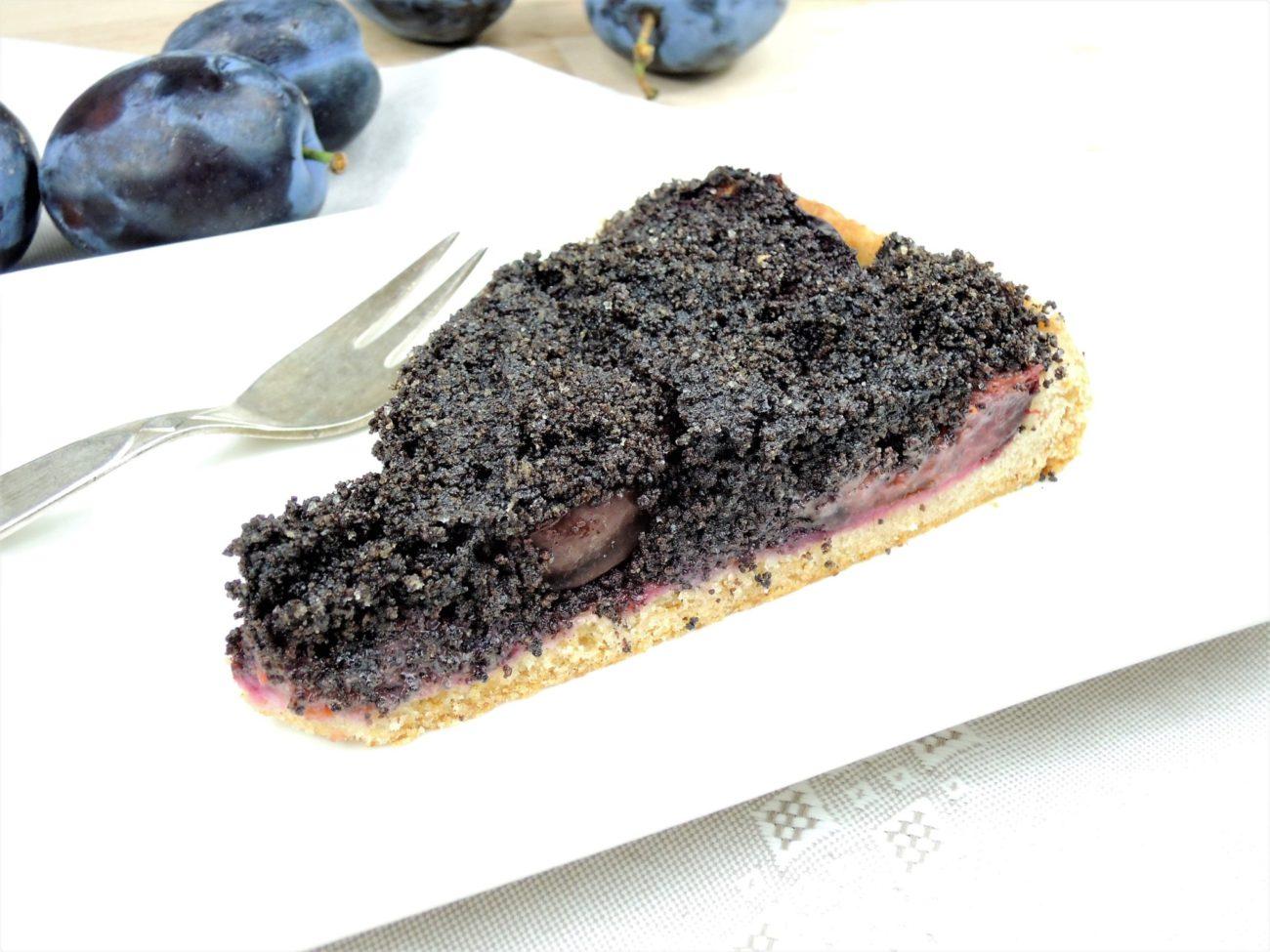 Křehký švestkový koláč s mákem