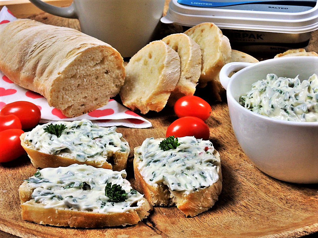 Bylinkové máslo s domácí bagetkou