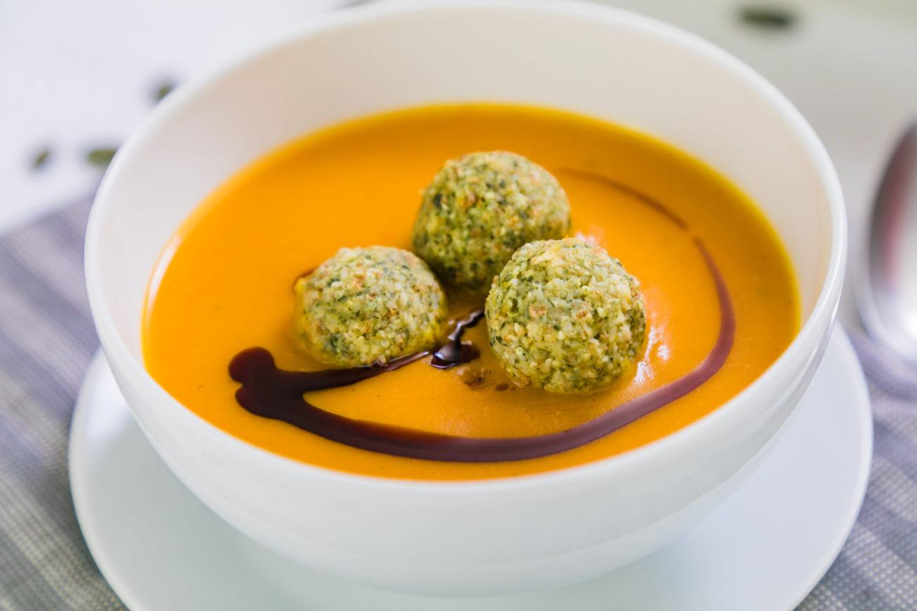 Dýňová polévka s knedlíčky z dýňových semínek