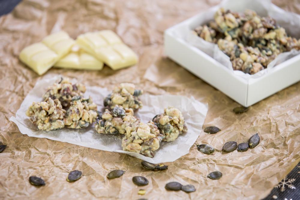 Bonbóny z bílé čokolády s oříšky a semínky