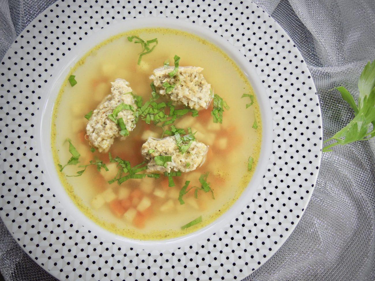 Zeleninová polévka s drožďovými knedlíčky