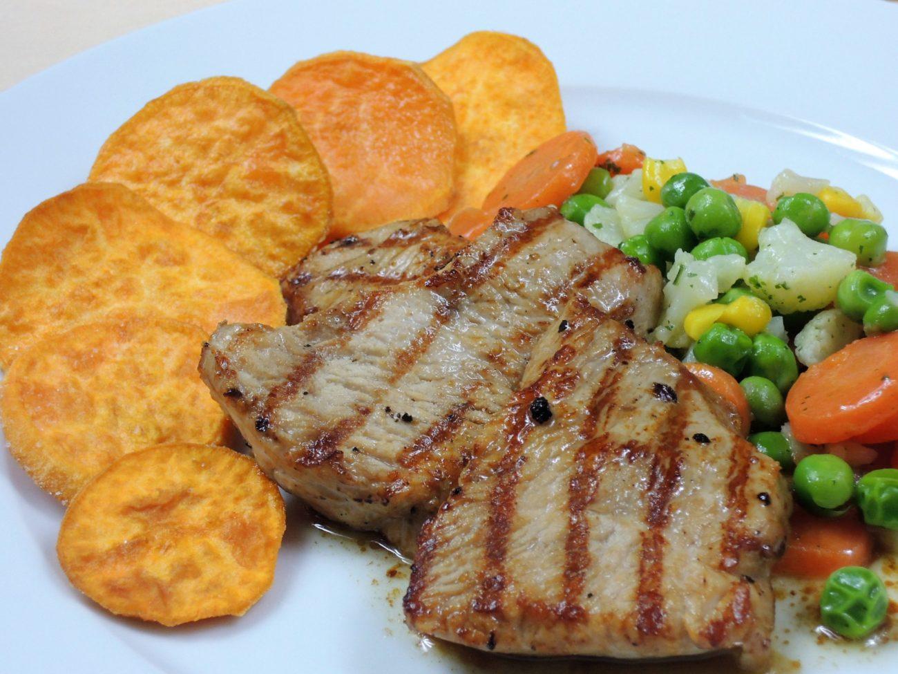 Krůtí medailonky s batátovými chipsy a máslovou zeleninou