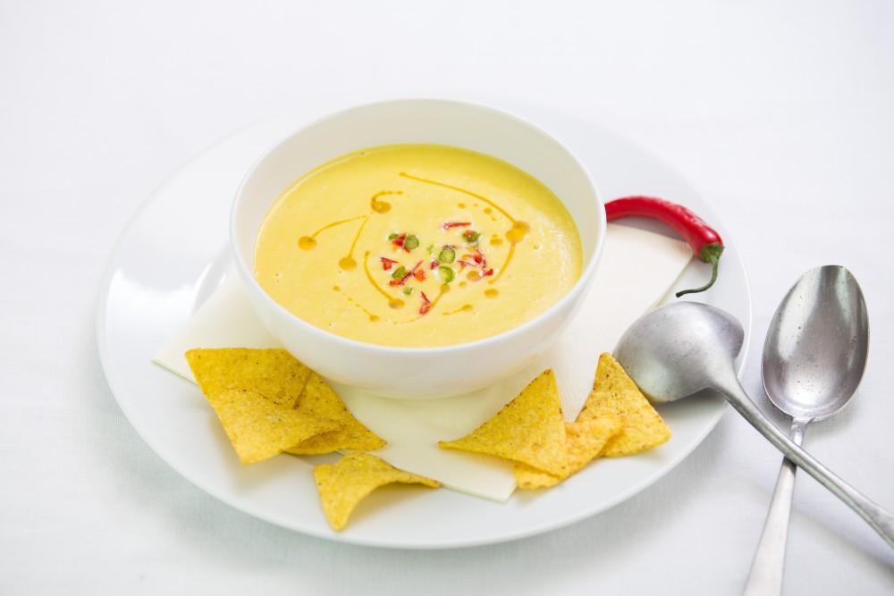 Kukuřičná krémová polévka s tortilla chipsy