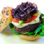 Hamburger s domácími bulkami a karamelizovanou cibulí