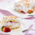 Piškotová roláda se šlehačkou a jahodami
