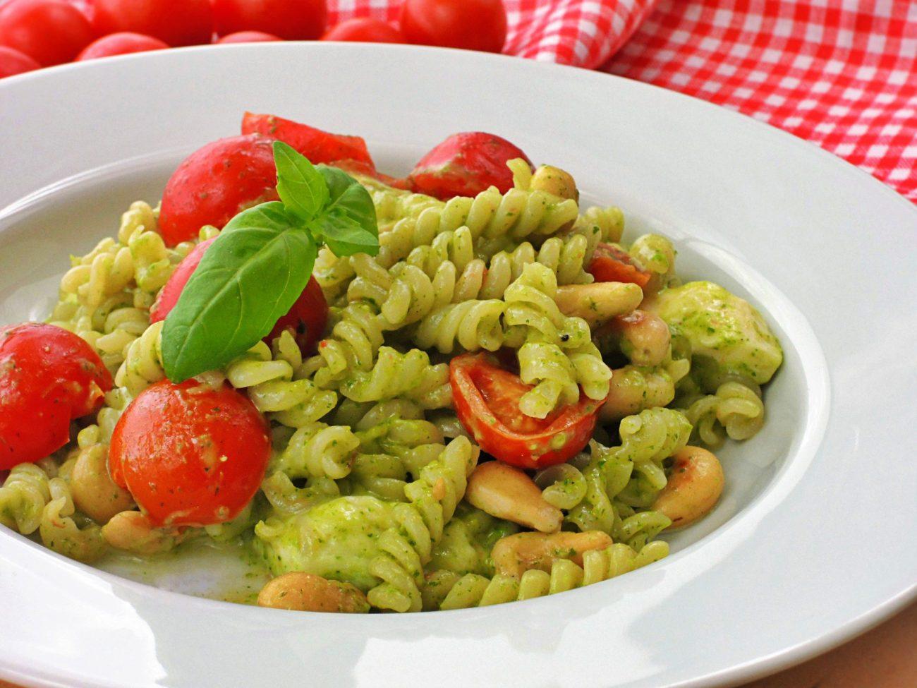 Těstoviny s bazalkovou pastou, mozzarellou a rajčátky