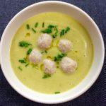 Kořeněná květáková polévka se sýrovými knedlíčky