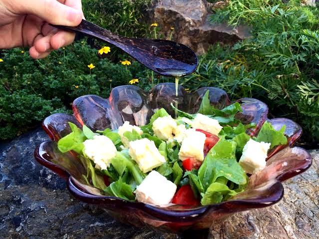Zeleninový salát s medovo hořčičnou zálivkou a fetou