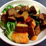 Zeleninový salát s uzeným tempehem