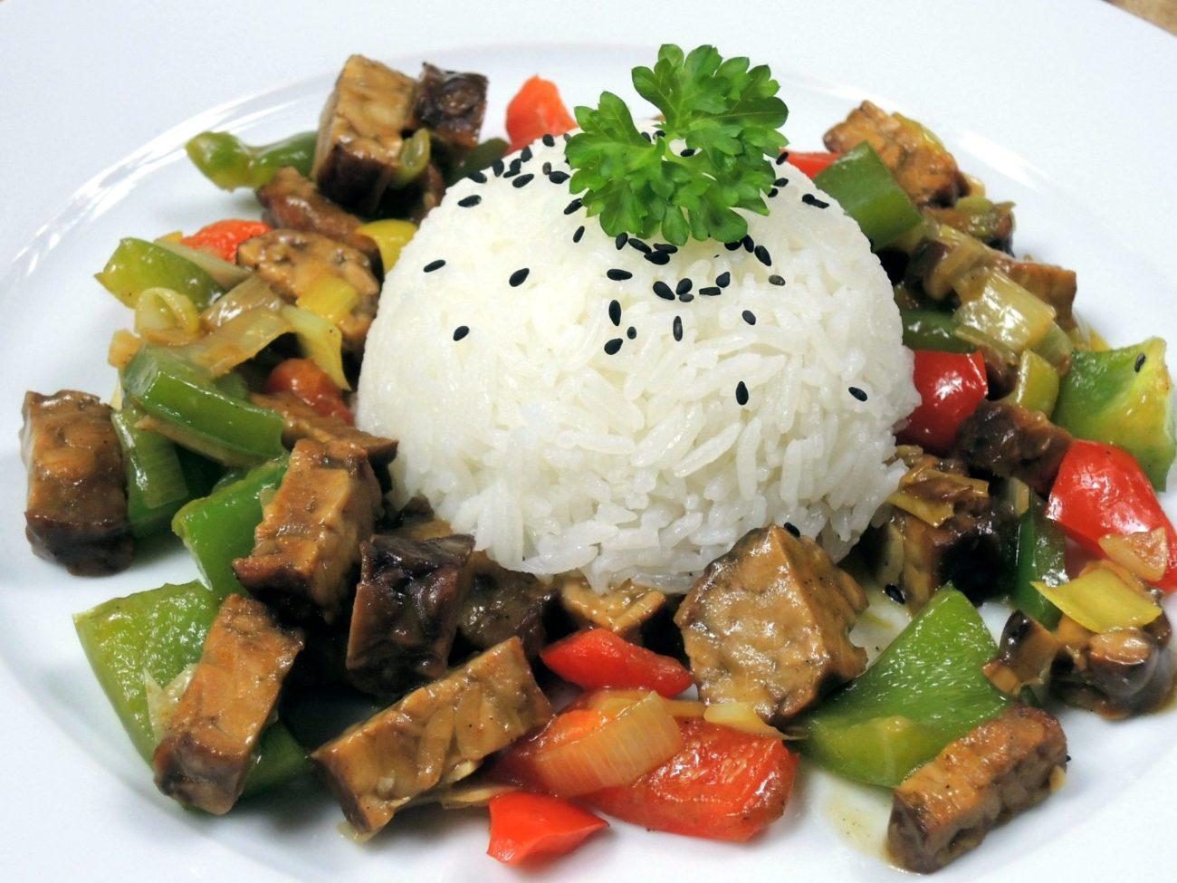 Uzený tempeh s restovanou zeleninou a rýží