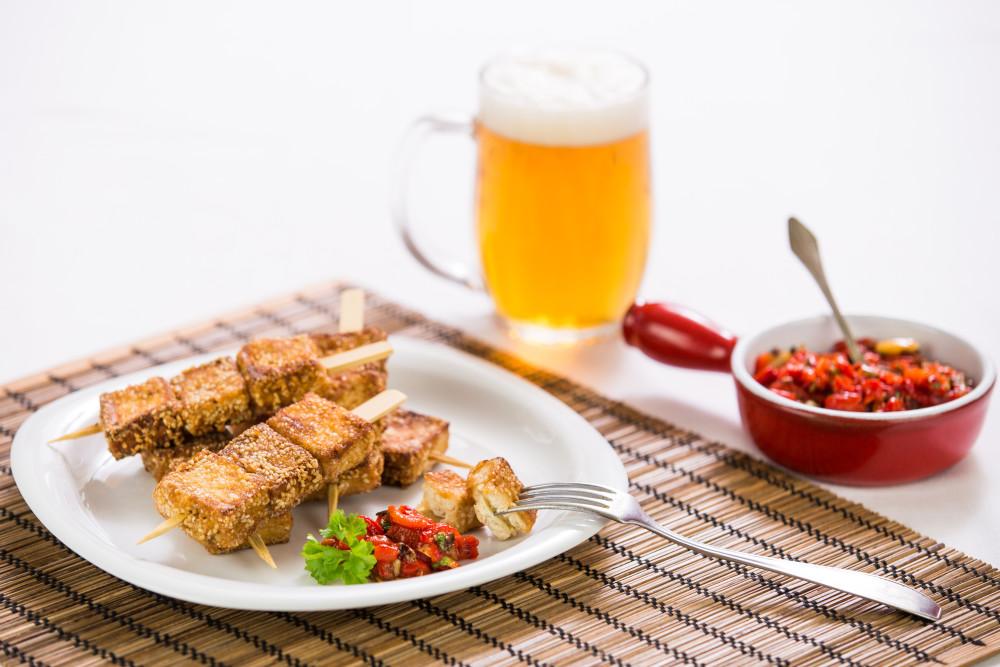 Tofu špízy s tapenádou z červených paprik