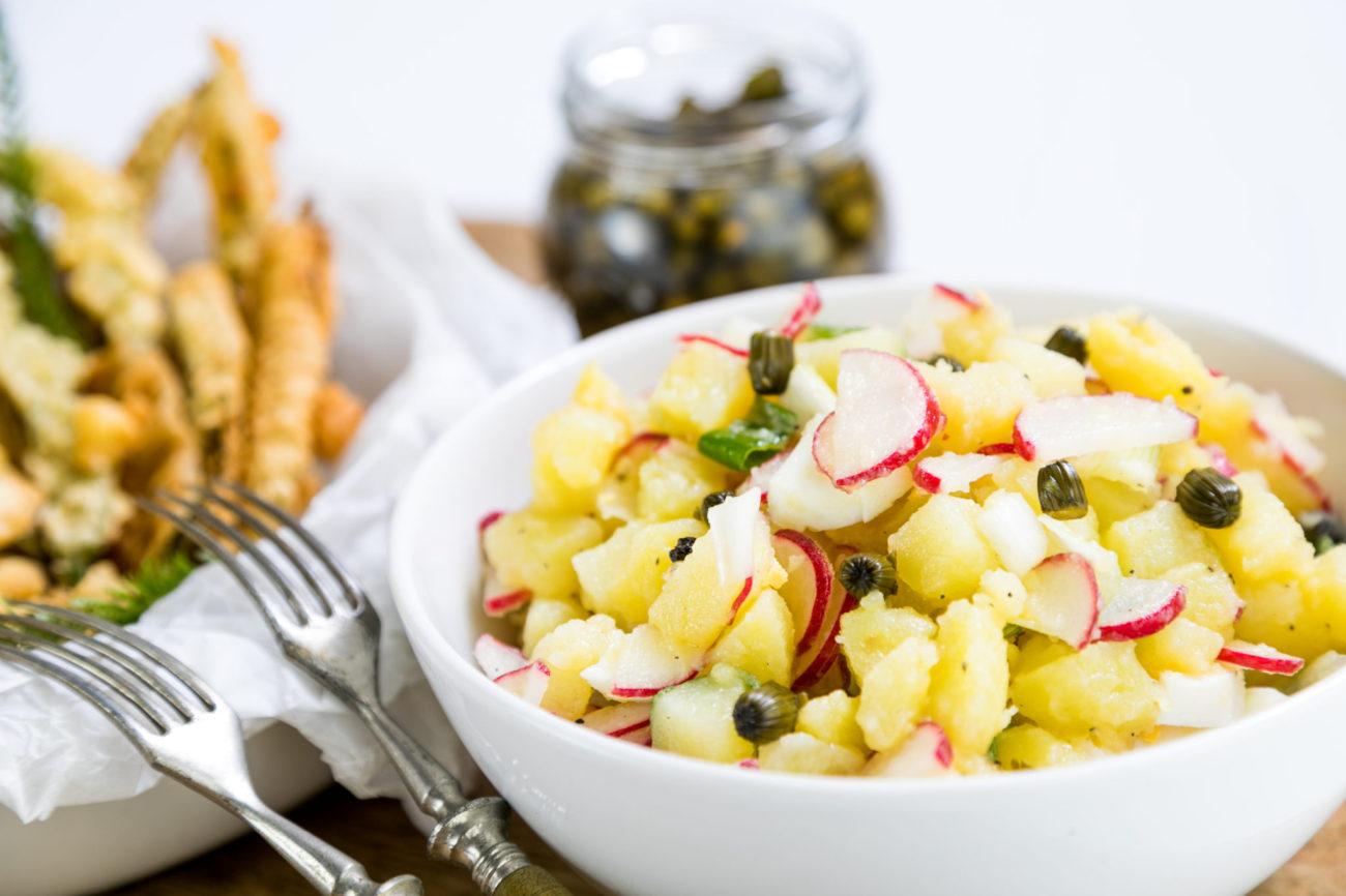 Jarní bramborový salát s pampeliškovými kapary