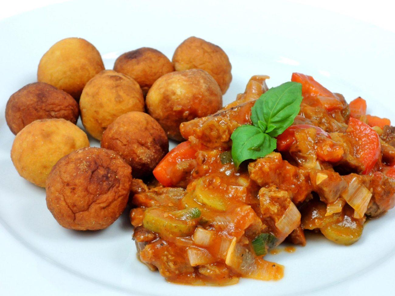 Pikantní vegetariánská směs s batátovými kroketami