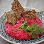 Tataráček z červené řepy se lněnými krekry