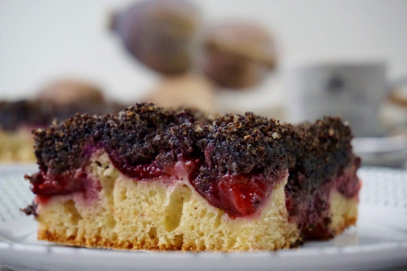 Jogurtový koláč s mákem a švestkami
