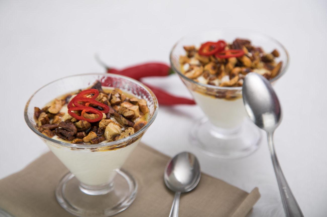 Jogurt s chilli oříšky