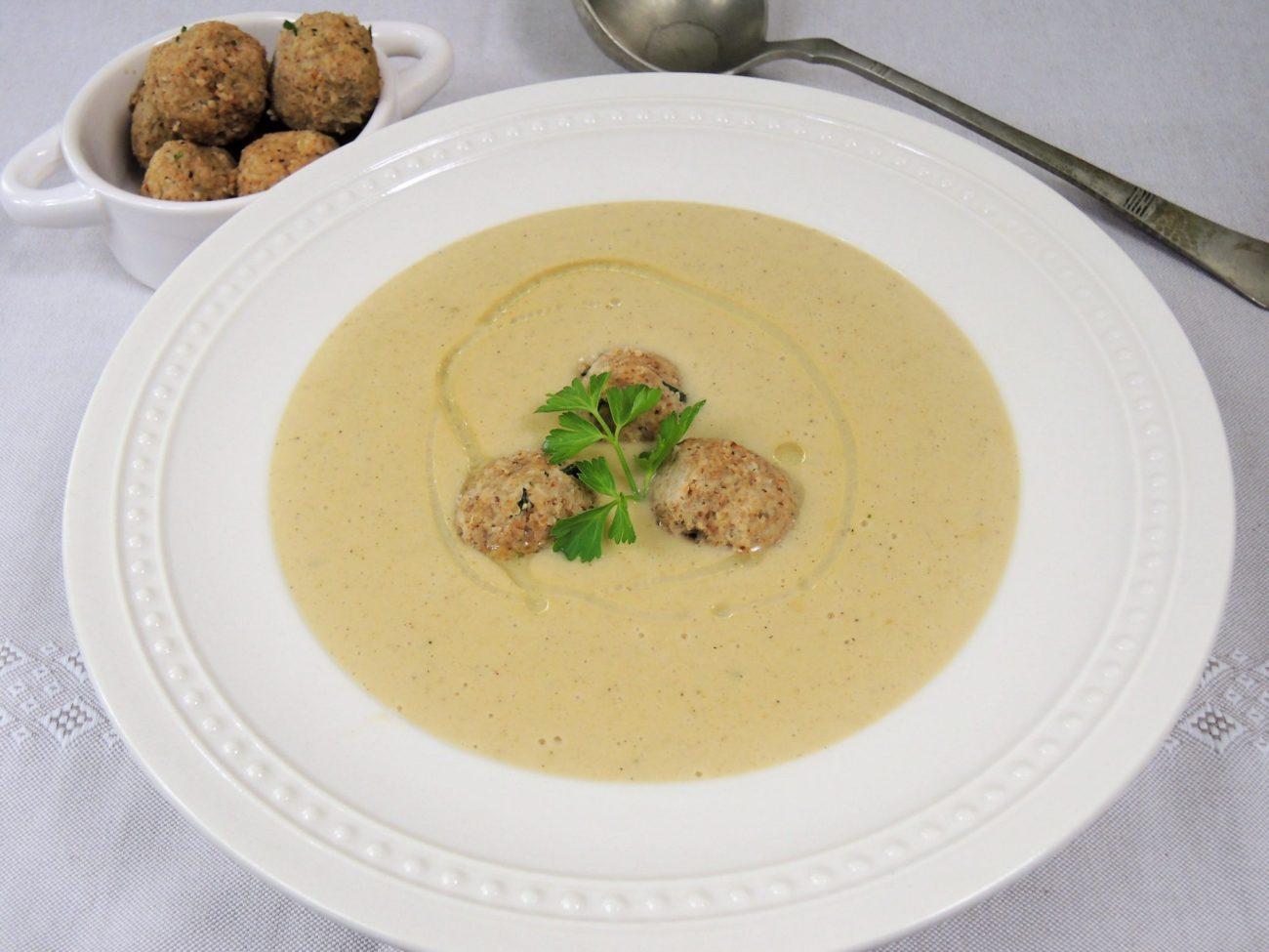 Hříbková polévka s ořechovými knedlíčky