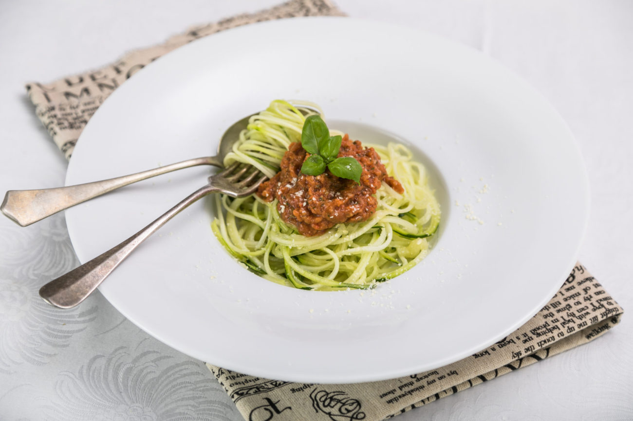 Cuketové špagety s rajčatovým dipem