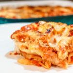 Zapečené penne se třemi druhy sýra v tomatové omáčce