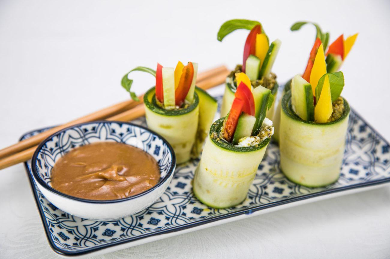 Cuketové sushi s arašídovým dipem