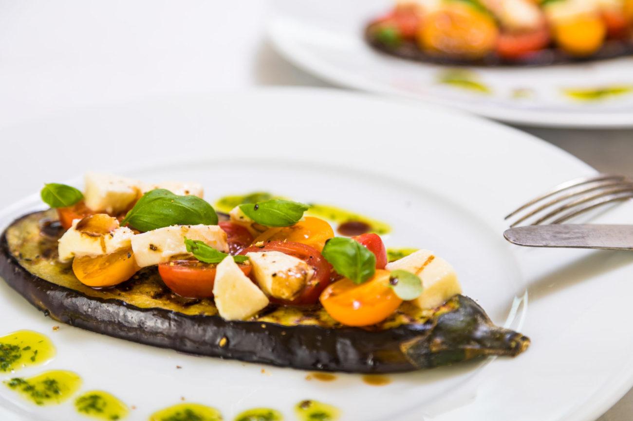 Grilovaný lilek se salátem Caprese