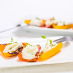 Grilované paprikové lodičky plněné plísňovým sýrem