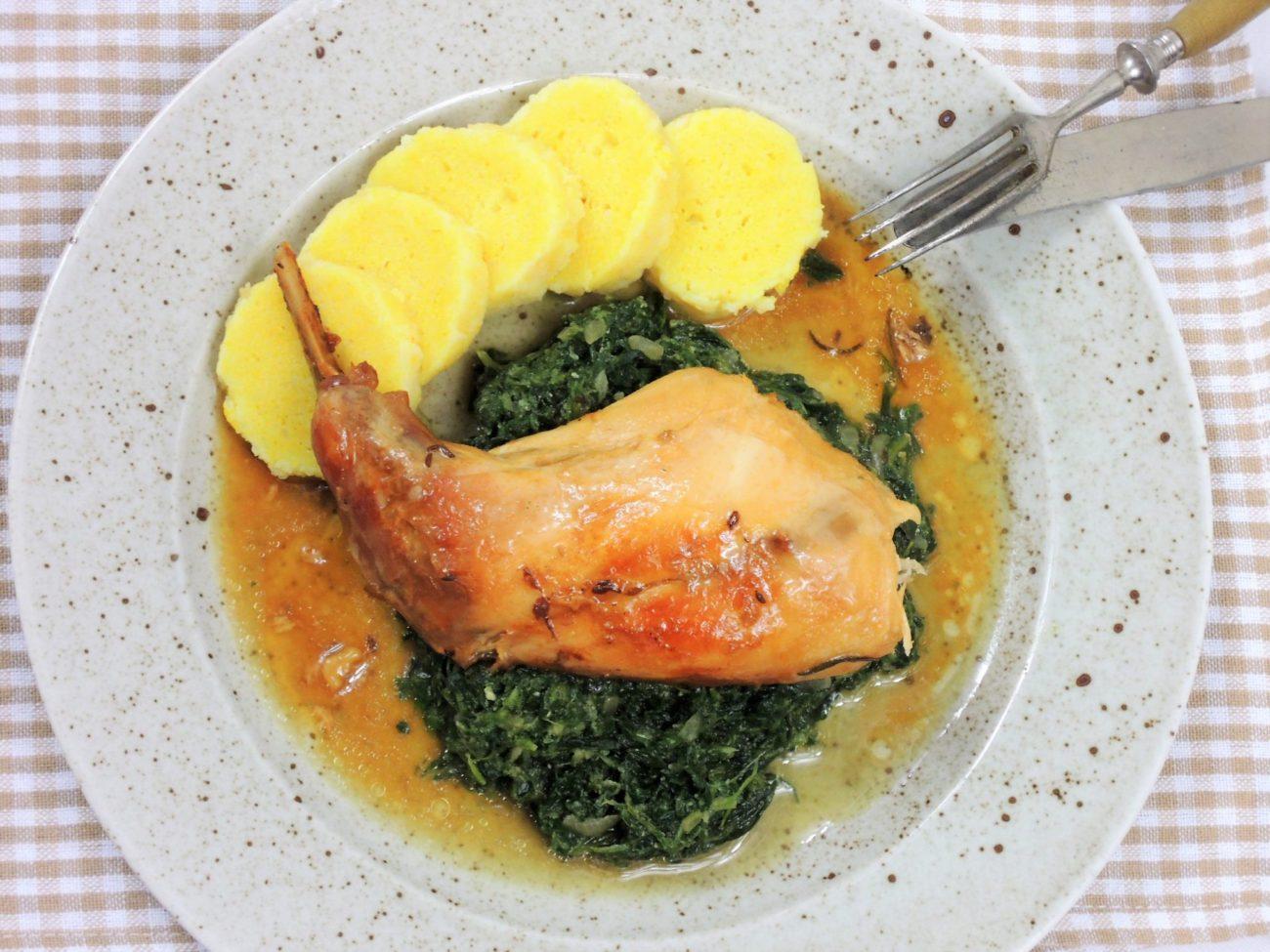 Králík na česneku se špenátem a bramborovým knedlíkem