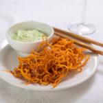 Smažené mrkvové špagety s dipem z medvědího česneku
