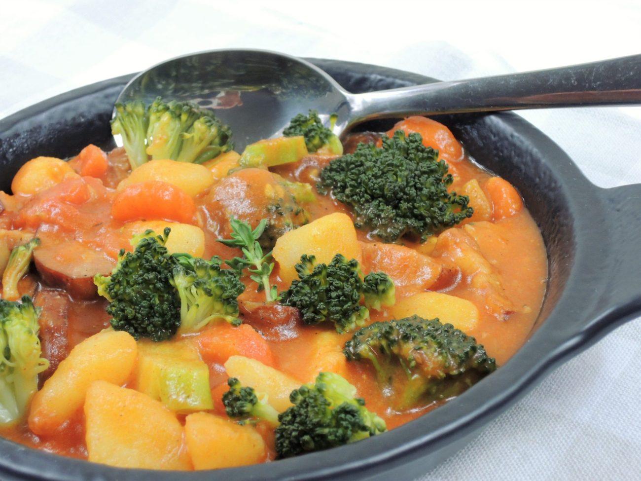 Zeleninové kari s klobáskou