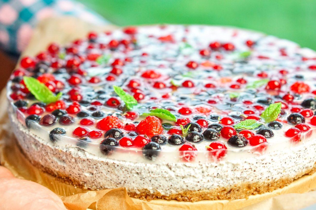 Makový cheesecake s ovocem