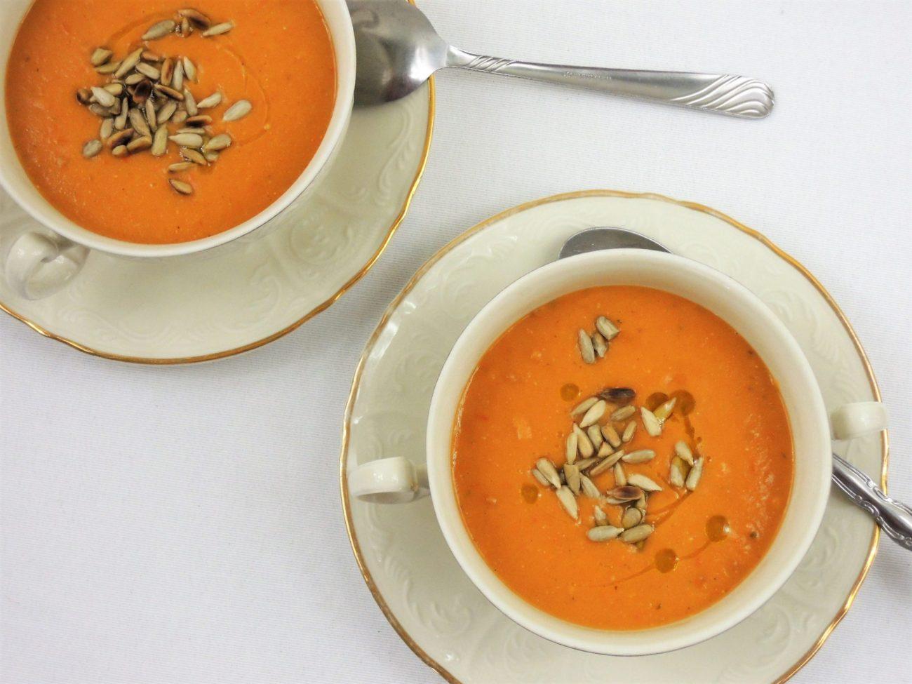 Polévka z červené čočky a rajčat