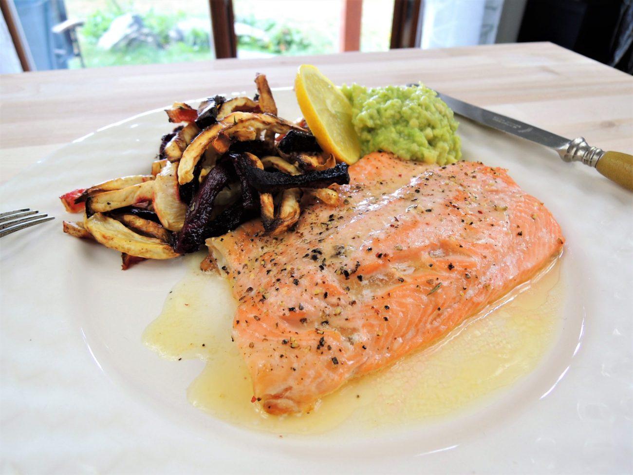 Pstruh lososovitý a zeleninové hranolky