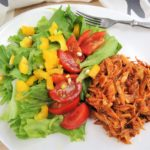 Trhané kuřecí maso se salátem