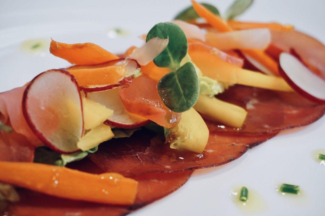 Salát z nakládané zeleniny s bresaolou