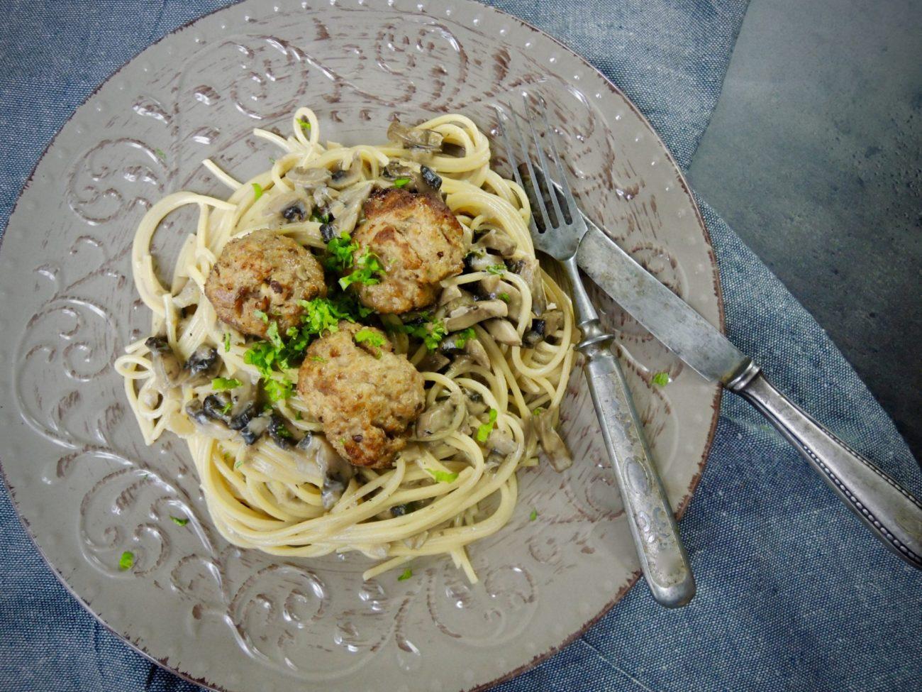 Smetanové špagety se žampióny a masovými koulemi