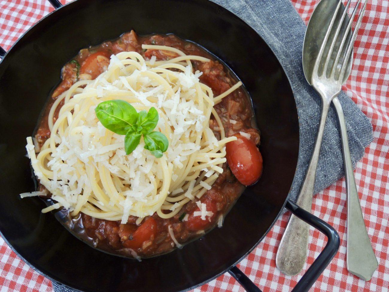 Špagety s omáčkou z tomatů a ančoviček