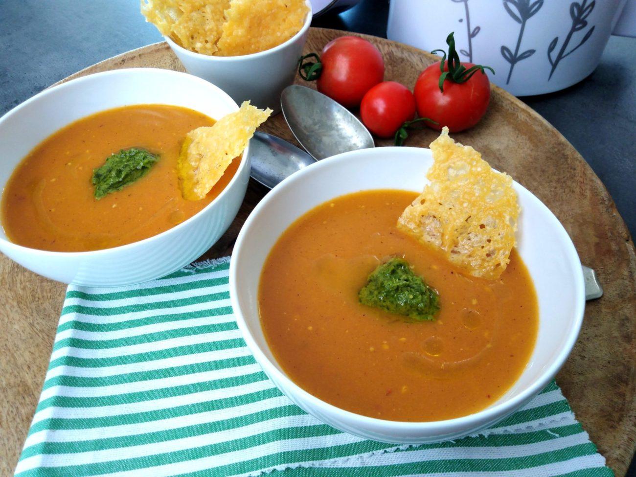 Rajčatová polévka s pestem a parmazánovým chipsem