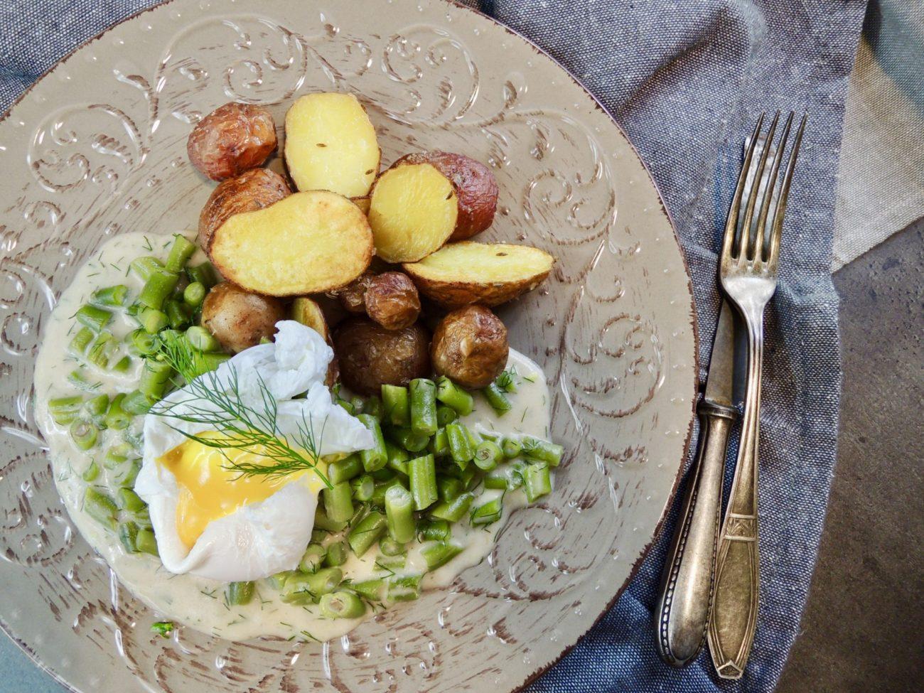 Fazolky v koprové omáčce s pečenými brambory a ztraceným vejcem